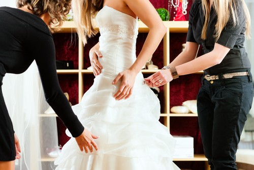 ارتداء فستان الزفاف