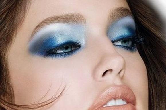 الماكياج ذو اللون الأزرق