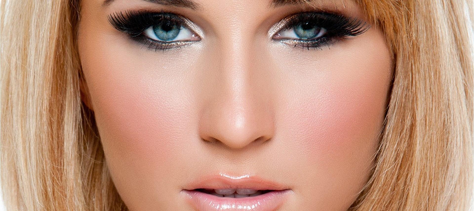 اجمل ألوان المكياج للعيون الزرقاء
