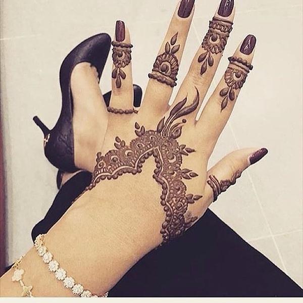 ام عمر لنقش الحناء